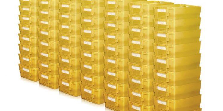 viele gelbe Postbehälter der Deutschen Post für Werbesendungen